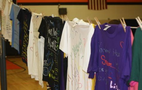 Traveling clothesline exhibit highlights issues of teen violence